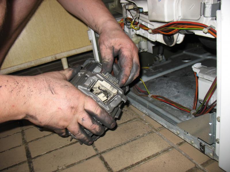 Электролюкс замена щеток своими руками